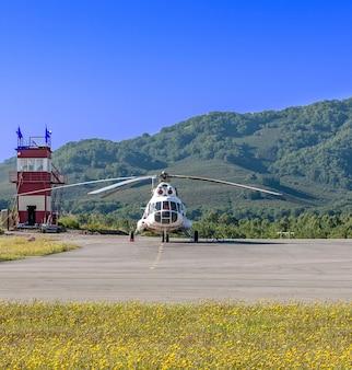 Der hubschrauber auf dem hubschrauberlandeplatz auf kamtschatka