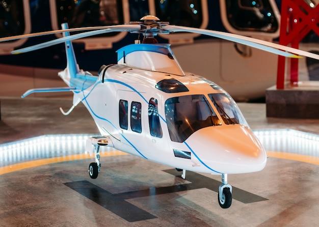 Der hubschrauber auf dem hubschrauberlandeplatz mit einem leuchtfeuer leuchtet auf der plattform. Premium Fotos