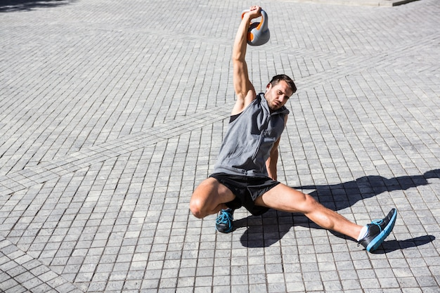 Der hübsche athlet, der türkisches trainiert, stehen auf
