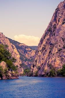 Der idyllische matka-see im matka canyon in der umgebung von skopje bei sonnenaufgang