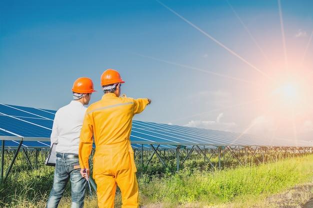 Der ingenieur überprüft das sonnenkollektorsystem
