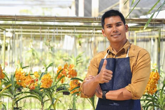 Der inhaber des orchid garden-geschäfts ist mit seinem erfolg zufrieden, nachdem er das darlehen zur erweiterung des geschäfts erhalten hat.