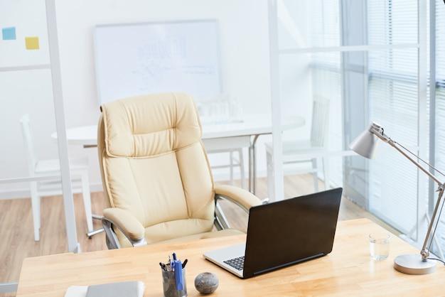 Der innenraum des leeren büros in den beige farben