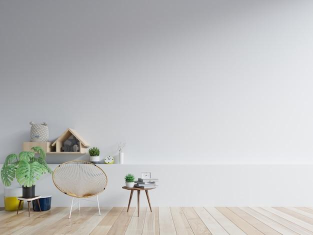 Der innenraum hat einen stuhl an einer leeren weißen wand.
