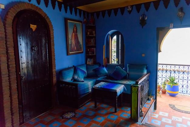 Der innenraum im marokkanischen stil des hauses in chefchaouen