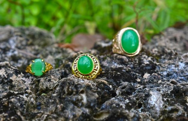 Der jadering ist eine schöne dunkelgrüne jade es ist ein teurer und sehr beliebter schmuck