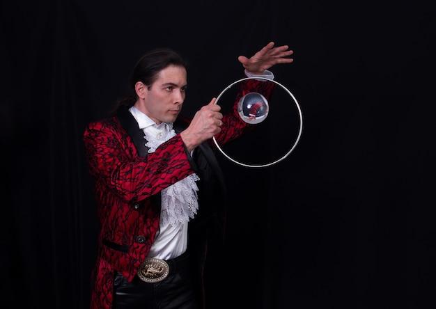 Der jongleur hat einen balanseball auf dem löffel.