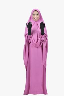 Der junge asiatische weibliche moslem, der hand anhebt und beten