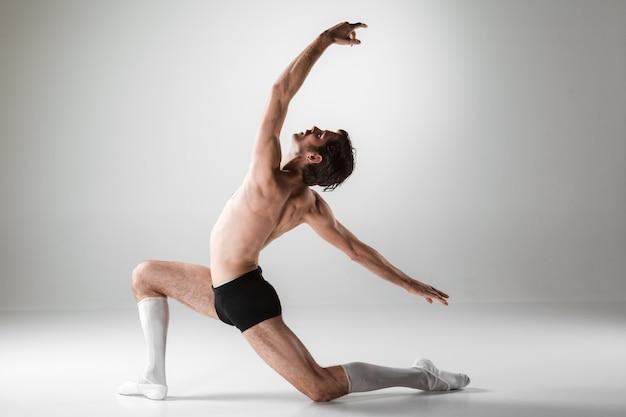 Der junge attraktive moderne balletttänzer