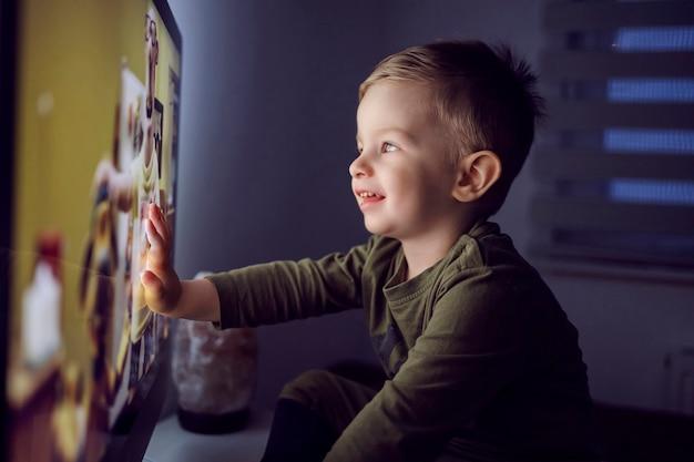 Der junge berührte mit einer hand den fernsehbildschirm
