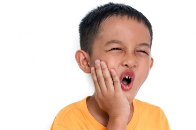 Der junge berührte seine wange wegen zahnschmerzen.