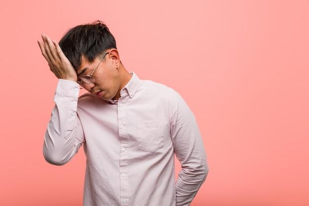 Der junge chinesische vergessliche mann, verwirklichen etwas