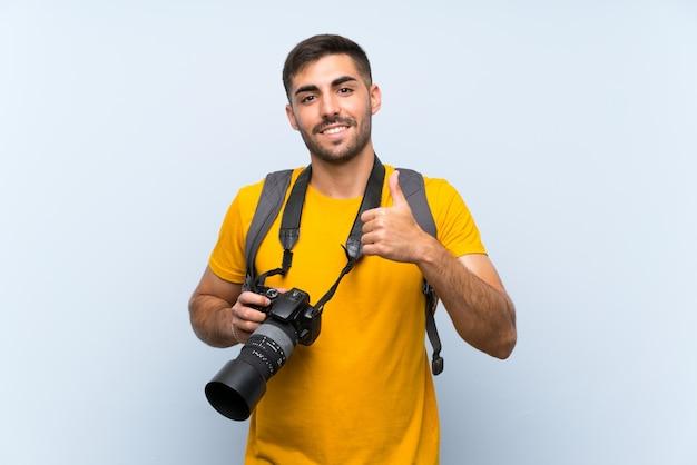 Der junge fotografmann, der daumen gibt, up geste