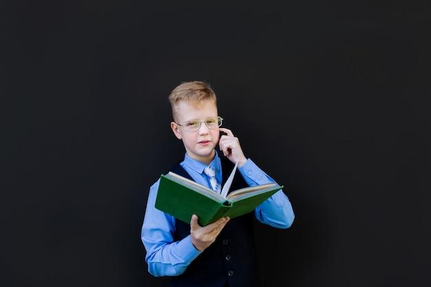 Der junge in schuluniform mit büchern zurück in die schule