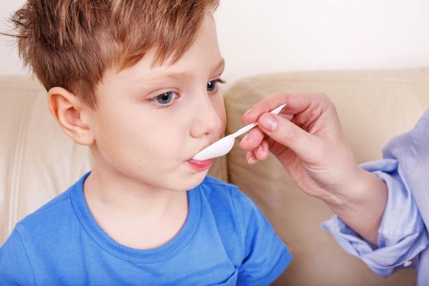 Der junge ist krank. mama behandelt drogen