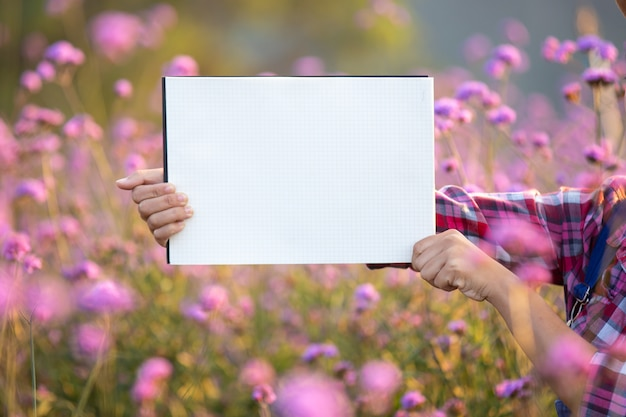 Der junge lächelnde bauer stand leeres weißes papier.