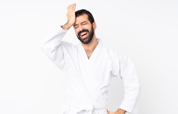Der junge mann, der karate tut, hat etwas verwirklicht und die lösung beabsichtigt