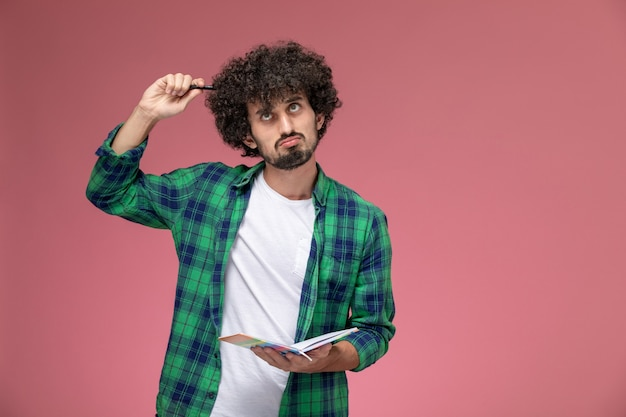 Der junge mann der vorderansicht versucht, das mathematische problem zu lösen