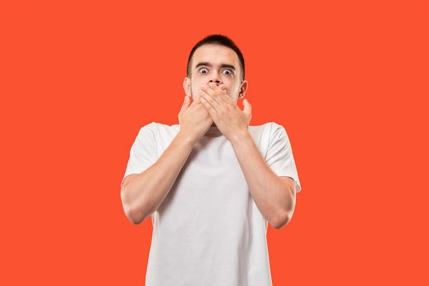 Der junge mann flüsterte ein geheimnis hinter ihrer hand über orange
