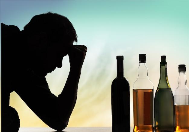 Der junge mann hat probleme mit alkohol.