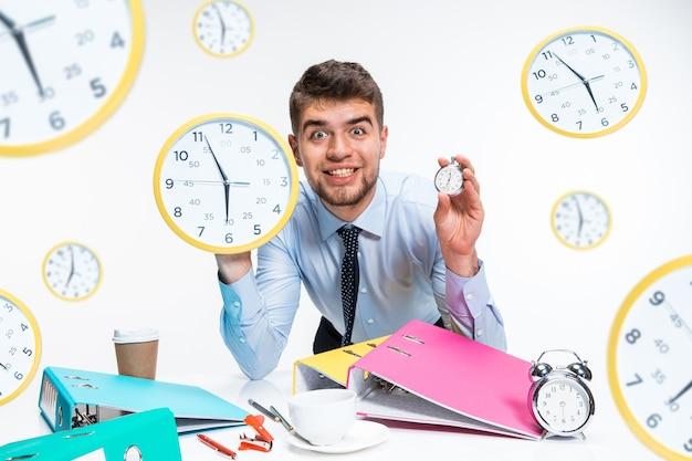 Der junge mann kann es kaum erwarten, aus dem fiesen büro nach hause zu gehen