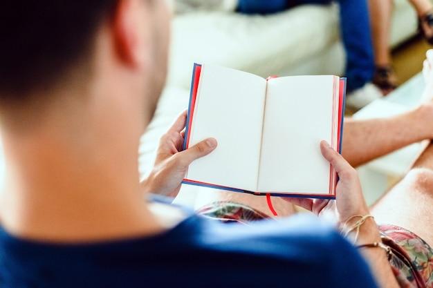 Der junge mann liest ein gedichtbuch, ein modehobby unter europäischen intellektuellen.