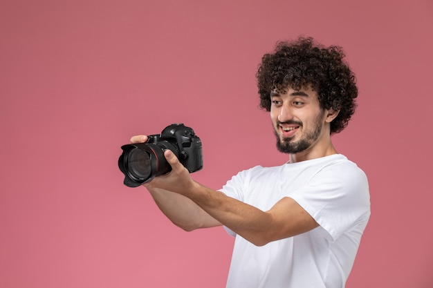 Der junge mann mag die qualität der fotokamera sehr