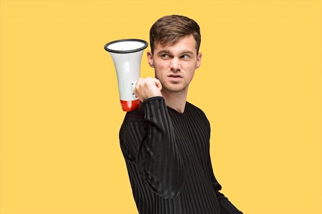 Der junge mann mit einem megaphon