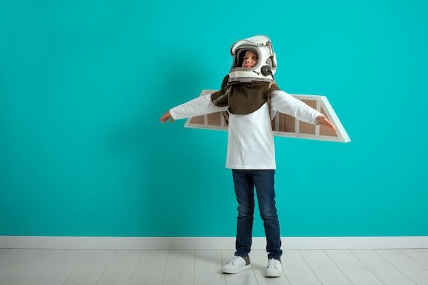 Der junge mann stellt sich vor, er würde by plane pilot helm anziehen