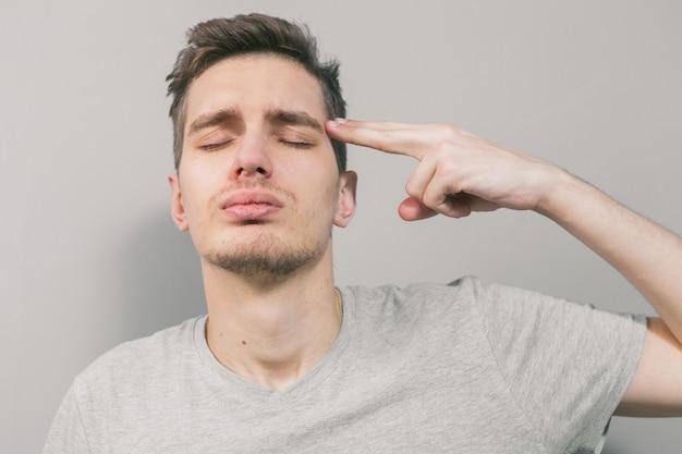 Der junge mann zeigt verschiedene emotionen