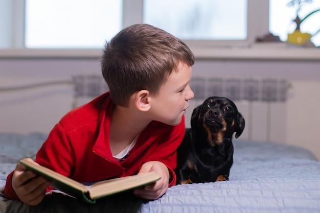 Der junge mit dem hund zu hause, der sich ausruht