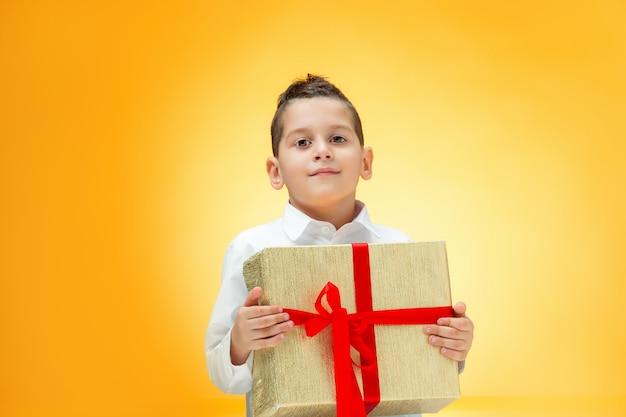 Der junge mit der geschenkbox