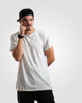 Der junge rapper-mann, der oben denkt und über eine idee verwirrt nachdenkt, würde versuchen, eine lösung zu finden