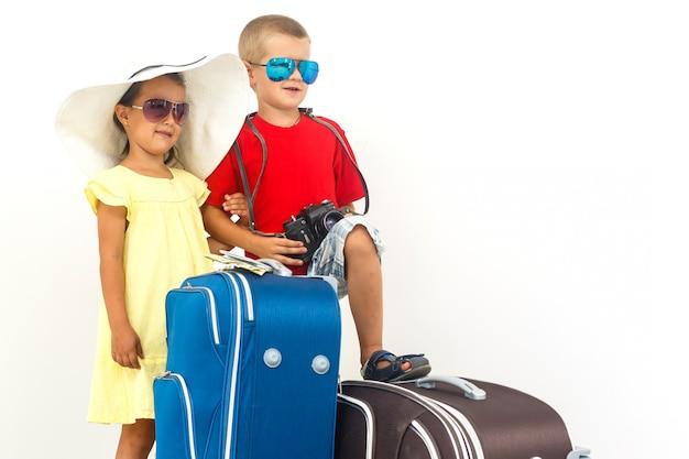 Der junge reisende scherzt mit einem koffer