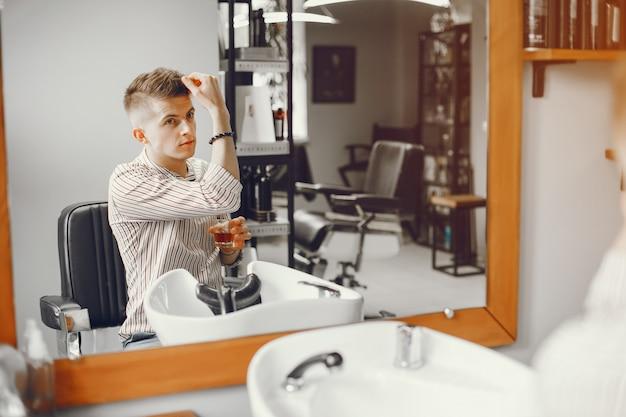 Der junge ruht sich im salon aus