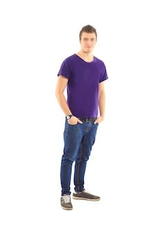 Der junge schöne mann posiert