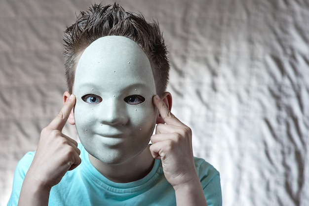 Der junge setzte eine maske mit pickeln auf