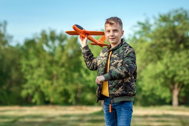 Der junge startet ein spielzeugflugzeug.