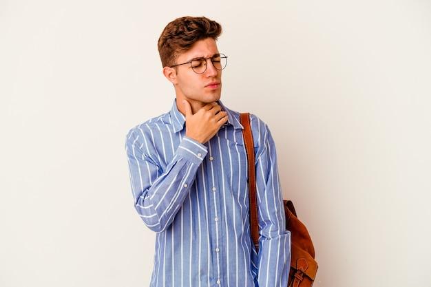 Der junge studentenmann, der auf weißem hintergrund isoliert wird, leidet unter schmerzen im hals aufgrund eines virus oder einer infektion.