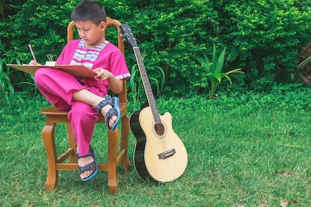 Der junge zeichnet die natur.