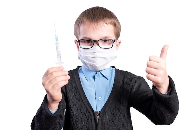 Der junge zeigt, dass die impfung gut ist. isoliert auf weißem hintergrund. foto in hoher qualität