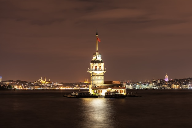 Der jungfrauenturm im bosporus, istanbul, abendansicht.