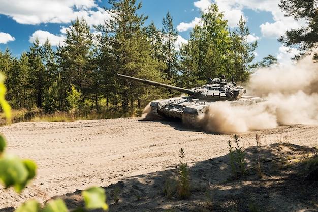 Der kampfpanzer russland wird auf einer forststraße abstauben