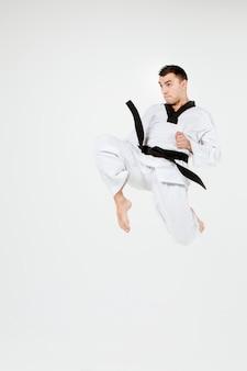 Der karate-mann mit schwarzem gürtel