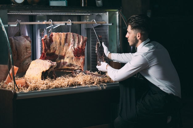 Der kellner oder koch bekommt trockenes fleisch in den kühlschrank.
