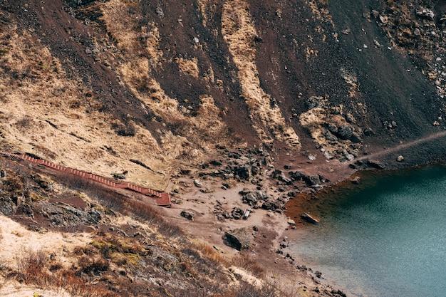 Der keridsee ist ein kratersee oder ein vulkansee im krater eines vulkans in island mit ungewöhnlich rotem boden