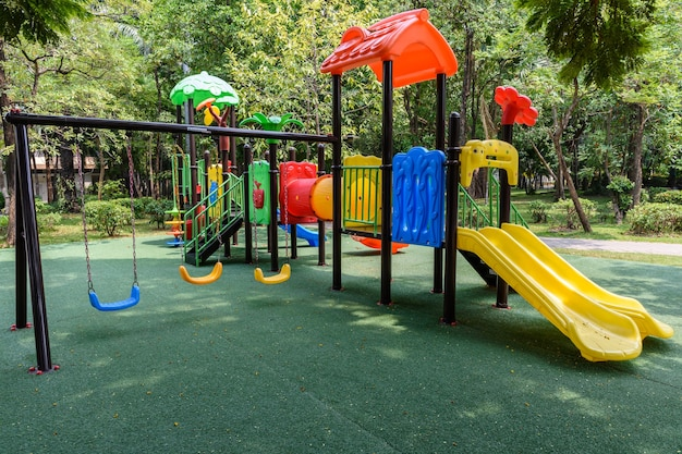 Der kinderspielplatz ist bunt auf einem grünen hof