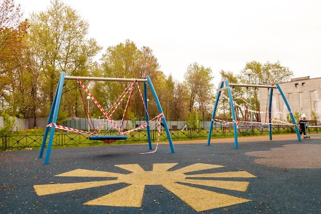 Der kinderspielplatz ist wegen pandemie und epidemie geschlossen