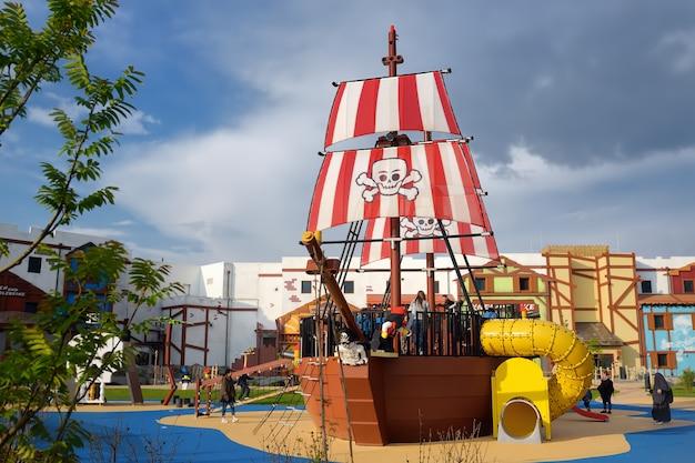 Der kinderspielplatz mit piratenschiff im legoland deutschland am sonnigen tag.
