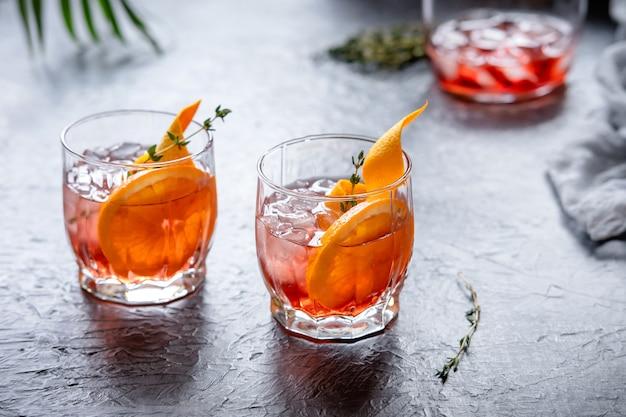 Der klassische negroni-cocktail besteht zu gleichen teilen aus gin, campari und süßem wermut